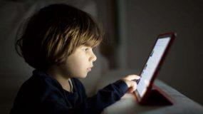Οι επιστήμονες προειδοποιούν: Δύο ώρες στην οθόνη «καίει» τον εγκέφαλο των παιδιών