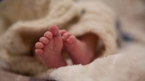 Απίστευτο συμβάν στη Λαρισα: «Καμπάνα» σε οδοντίατρο που φίλησε νεογέννητο στο στόμα!