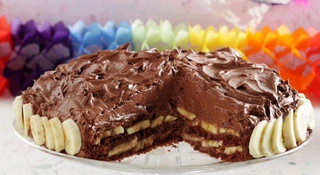 Λαχταριστή, πανεύκολη τουρτίτσα σοκολάτας ψυγείου με μπανάνες για το παιδικό πάρτι!