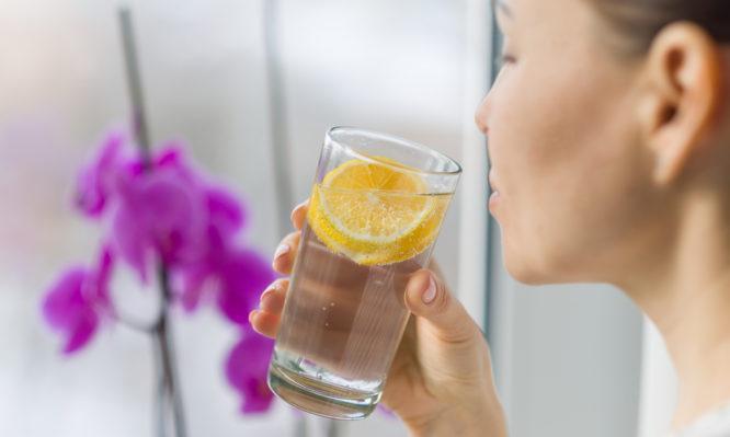 Νερό με λεμόνι: Βοηθάει τελικά στην καύση λίπους; Τι λένε οι επιστήμονες…