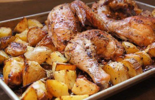 Κοτόπουλο λεμονάτο με πατάτες και μυρωδικά στο φούρνο για το οικογενειακό τραπέζι