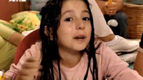 Φυσική ομορφιά: H μικρή «Λίλα» του «Άκρως Οικογενειακόν» έγινε 27 και ποζάρει με στήθος Παπαρίζου (Pics)