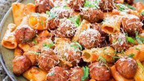 πεντανόστιμα κεφτεδάκια σε σάλτσα αραμπιάτα με ζυμαρικό ριγκατόνι για το καθημερινό, οικογενειακό τραπέζι και όχι μόνο