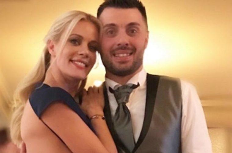 Λαμπερή στον γάμο του αδελφού της η Μακρυπούλια: Το αποκαλυπτικό φόρεμα!