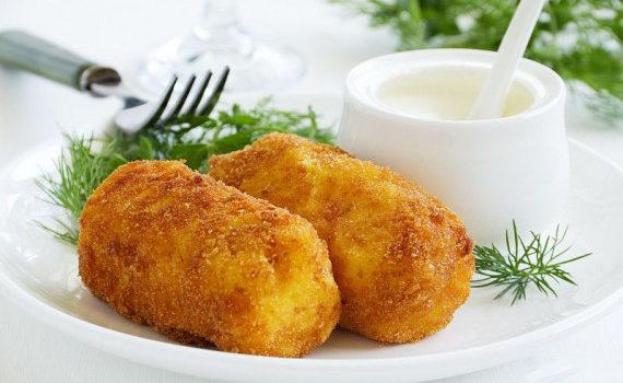 Πατατοκροκέτες με τυριά και ντομάτα, με μαγιονέζα της στιγμής που θα εντυπωσιάσουν τους καλεσμένους σας!