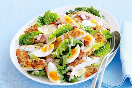 Μια δροσερή πεντανόστιμη σαλάτα του Καίσαρα με σνίτσελ κοτόπουλο, για να απολαύσετε ένα ελαφρύ πιάτο ως ορεκτικό ή ως κυρίως γεύμα ή δείπνο