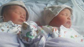Μια μαμά προειδοποιεί πως τα δίδυμα νεογέννητα μωρά της κόλλησαν μηνιγγίτιδα κατά την κύηση