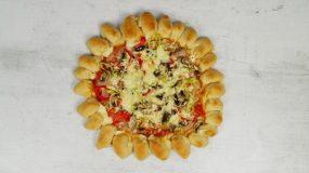 Αφράτη ζύμη πίτσας με γεμιστή κόρα για μπουφέ σε γιορτή, παιδικό πάρτι!