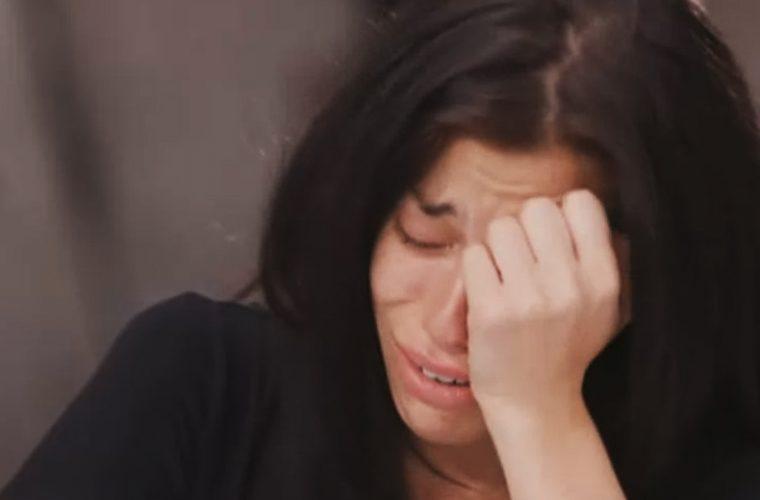 Την κατέστρεψαν: Πήραν την πιο θηλυκή παίκτρια του GNTM και της έκαναν το μαλλί… αντρικό! (Vid)