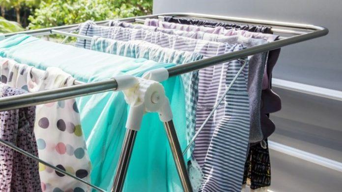 8+1 μυστικά για να στεγνώvετε τα ρούχα σας γρήγορα τον χειμώνα