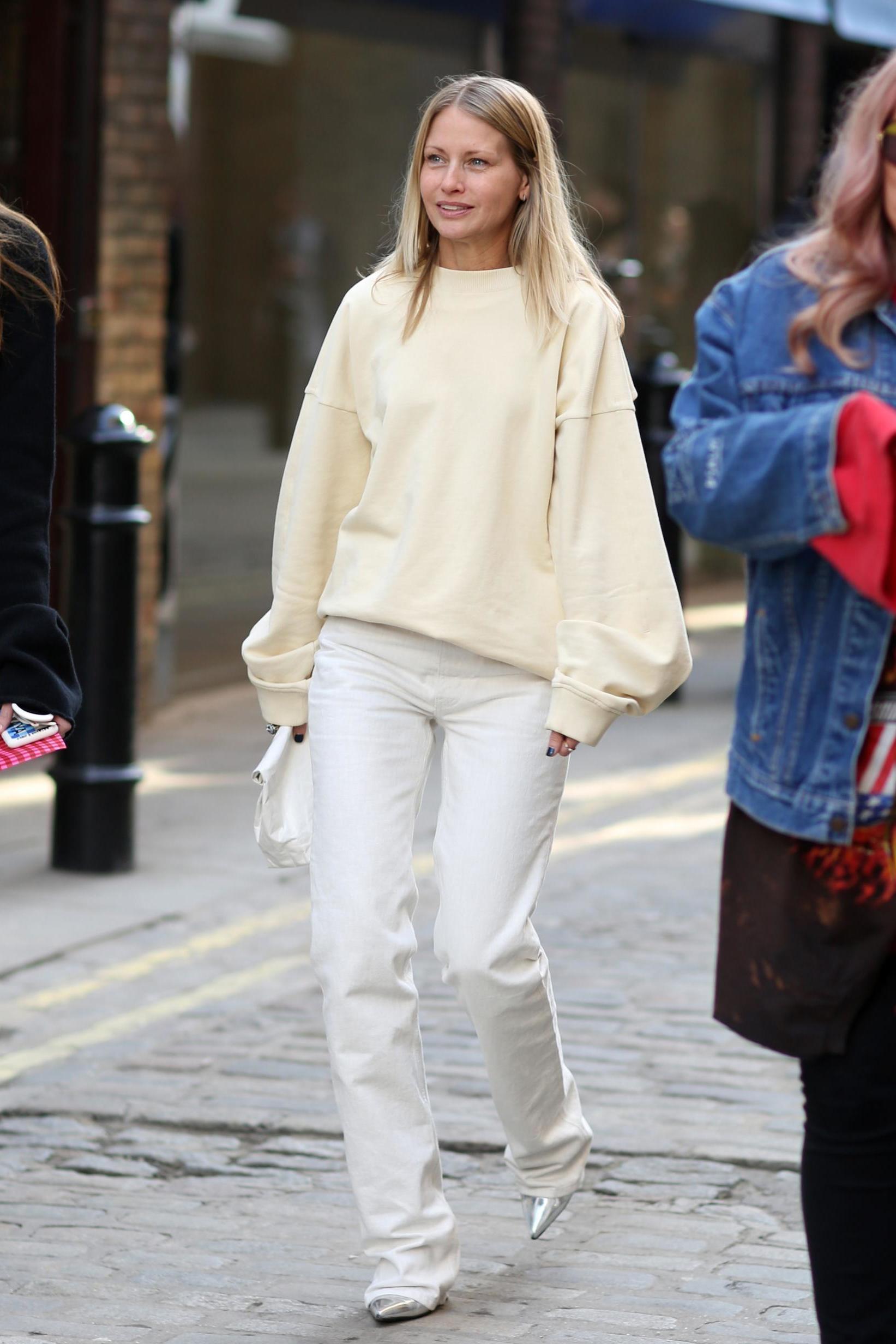 Λευκό Jean: Πώς να φορέσεις το αγαπημένο σου denim παντελόνι και τον χειμώνα