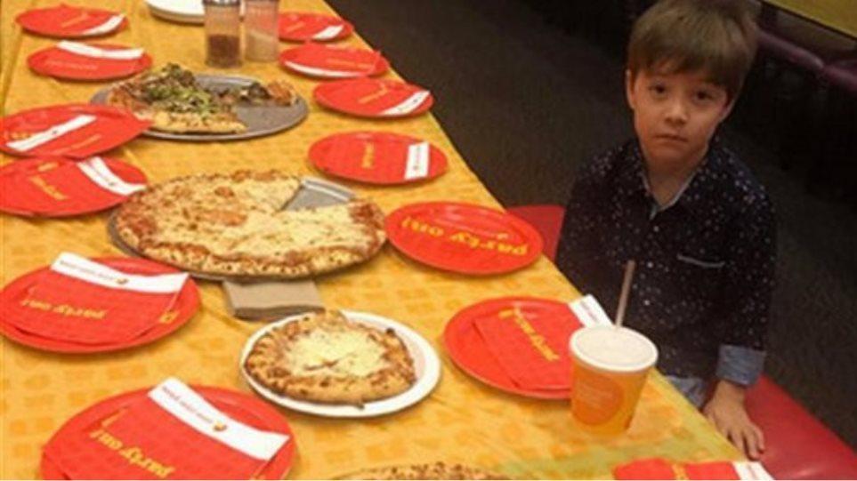 Οι γονείς του εξάχρονου που γιόρτασε μόνος τα γενέθλιά του μετάνιωσαν που δημοσίευσαν τη φωτογραφία