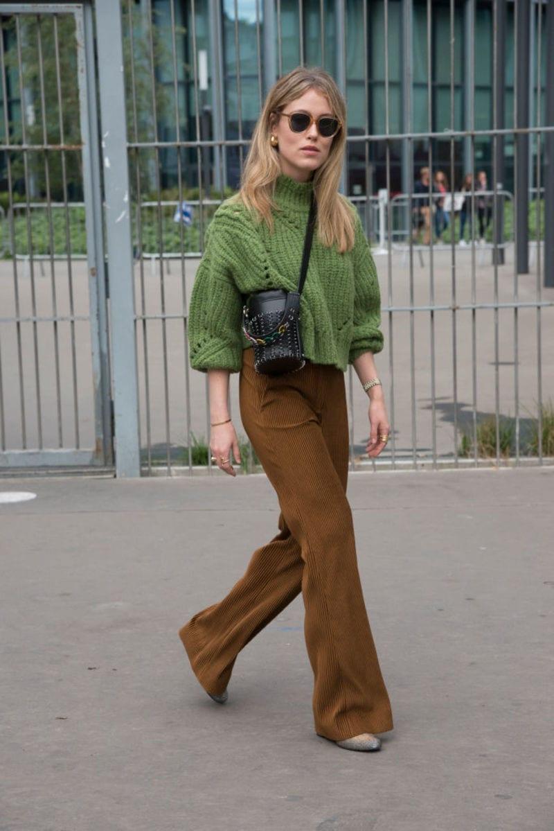 Δεν είναι τζιν: Το στιλάτο εφαρμοστό παντελόνι που θα φοράμε όλο το χειμώνα