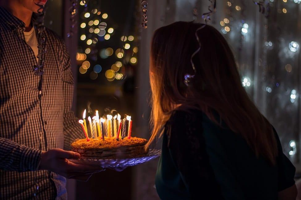 Γνωρίζετε γιατί σβήνουμε κεράκια στα γενέθλια; Ποια ευχή έλεγαν οι αρχαίοι Έλληνες