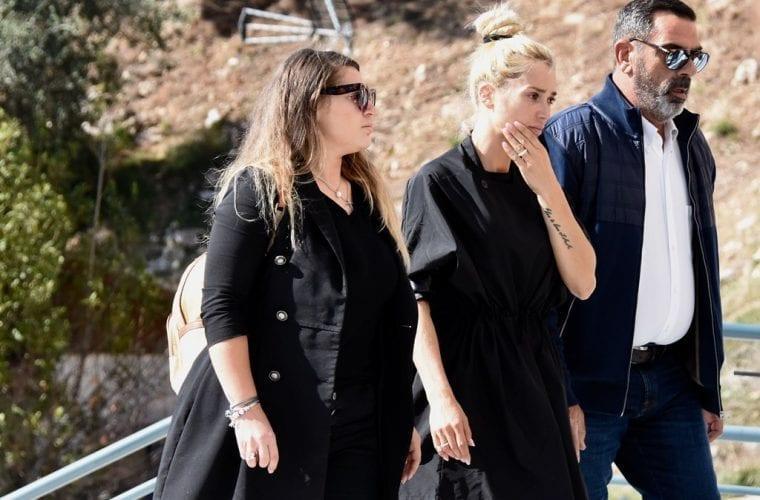 Συντετριμμένη η Βικτώρια Καρύδα στην κηδεία του συζύγου της που δολοφονήθηκε στη Βούλα (Pics)