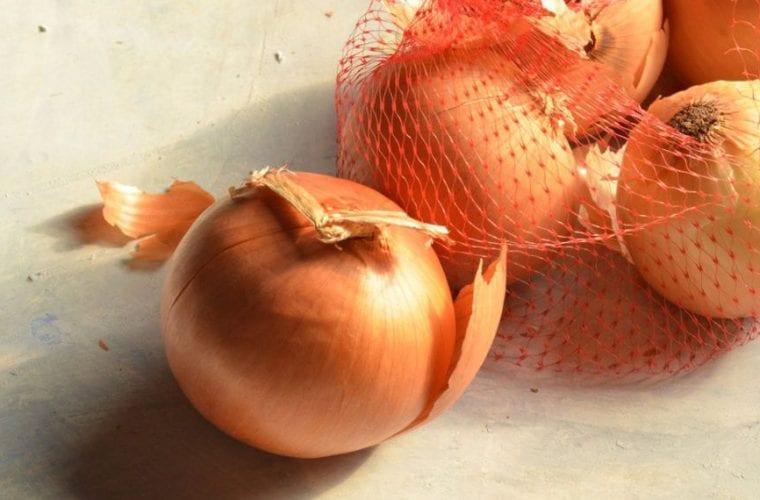 Μην ξαναπετάξεις το πλαστικό δίχτυ από τα κρεμμύδια και τις πατάτες σου -Η απίστευτη χρήση του στην κουζίνα