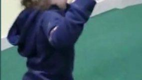 Σοκ!!! σε παιδότοπο! Δύο αγοράκια επιτέθηκαν και δάγκωσαν άγρια ένα κορiτsάκι! – Video