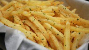 Η επιστήμη μίλησε: Οι τηγανητές πατάτες είναι πιο υγιεινές από τη σαλάτα