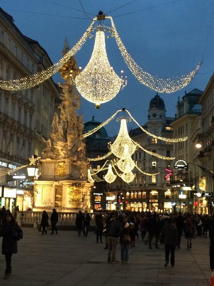 Η Βιέννη τα Χριστούγεννα μοιάζει σαν να ξεπήδησε από τις σελίδες κάποιου όμορφου παραμυθιού
