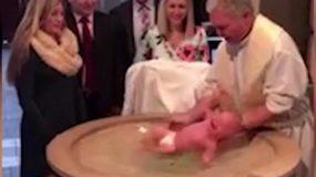 Βάπτιση – σοκ! Η στιγμή που το μωρό γλιστράει από τα χέρια του παπά στην κολυμπήθρα! – Video