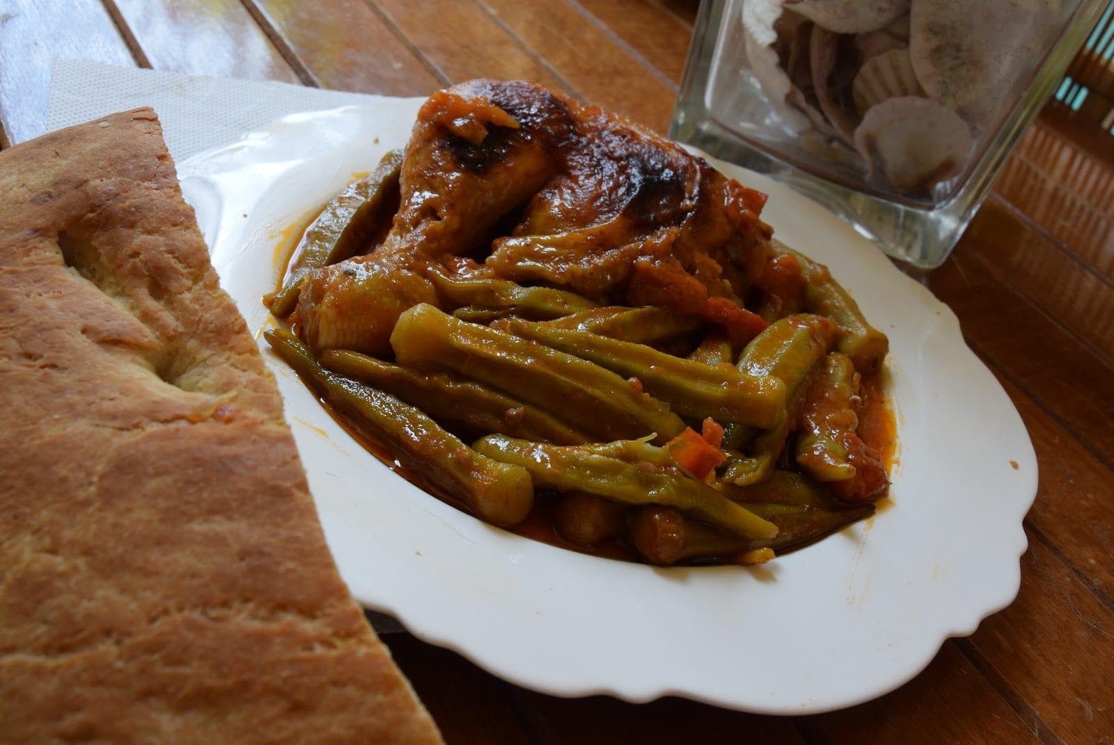 Μπάμιες με κοτόπουλο στο φούρνο και ψωμάκι !!!