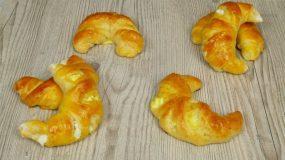 Τυροπιτάκια με σχήμα κρουασάν