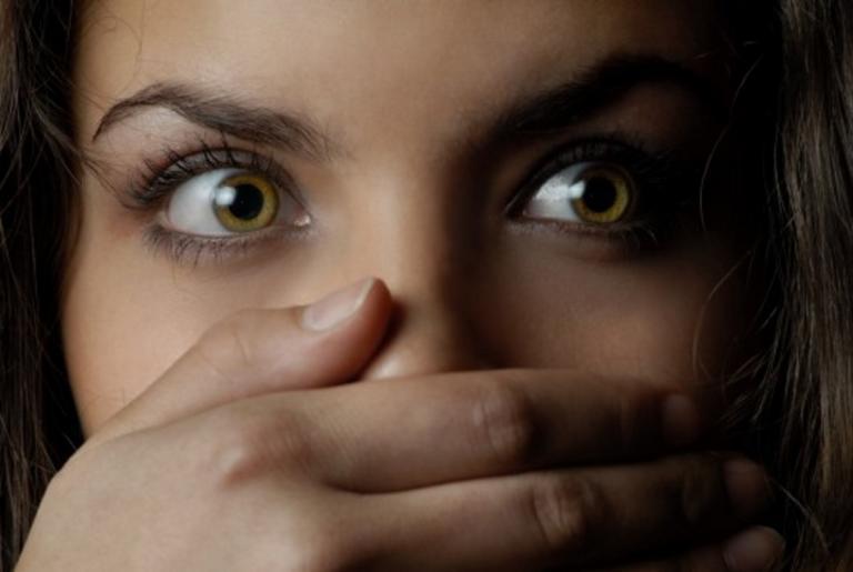 Απόφαση – σοk επιτρέπει σε βιaστές να βλέπουν τα παιδιά που γεννήθηκαν από τους βιασμούς