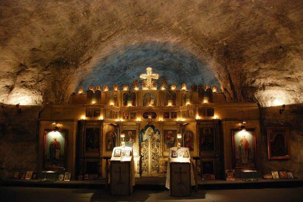 Ο εντυπωσιακός υπόγειος ναός της Αγίας Βαρβάρας φτιαγμένος από αλάτι