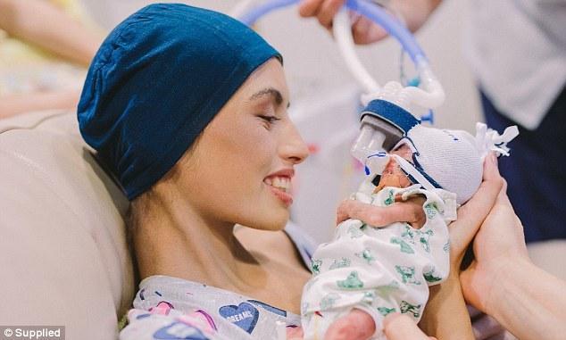 Αυτή η18χρονη έγκυος γυναίκα διαγνώστηκε με επιθετική λευχαιμία και αποφάσισε να ζήσει το μωρό της και να πεθάνει η ίδια