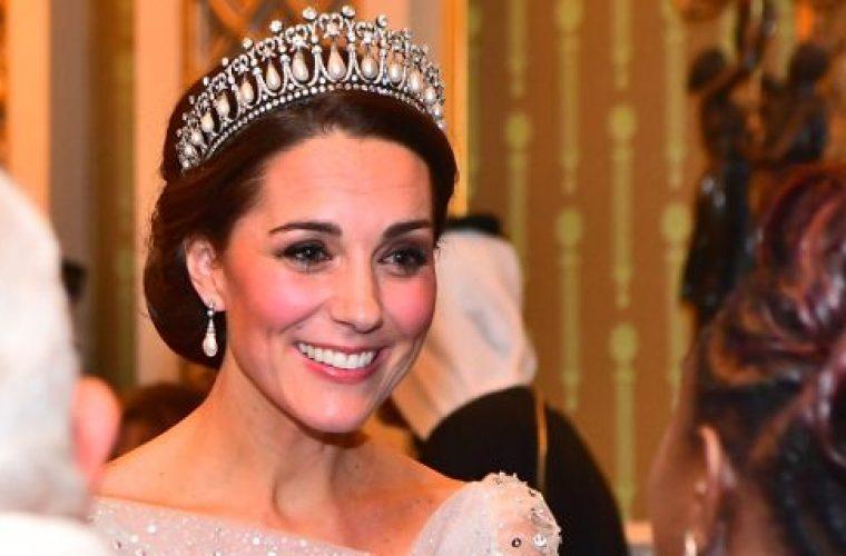 Η Κέιτ Μίντλετον στο παλάτι με βασιλικό φόρεμα, δίπλα στην Ελισάβετ και η Μέγκαν σε συναυλία με τον Χάρι (εικόνες)