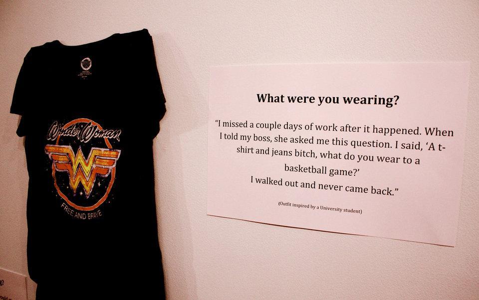 Τι φορούσες όταν σε βιασaν;
