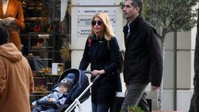 Σία Κοσιώνη – Κώστας Μπακογιάννης: Βόλτα με τον γιο τους στην Κηφισιά! (εικόνες)