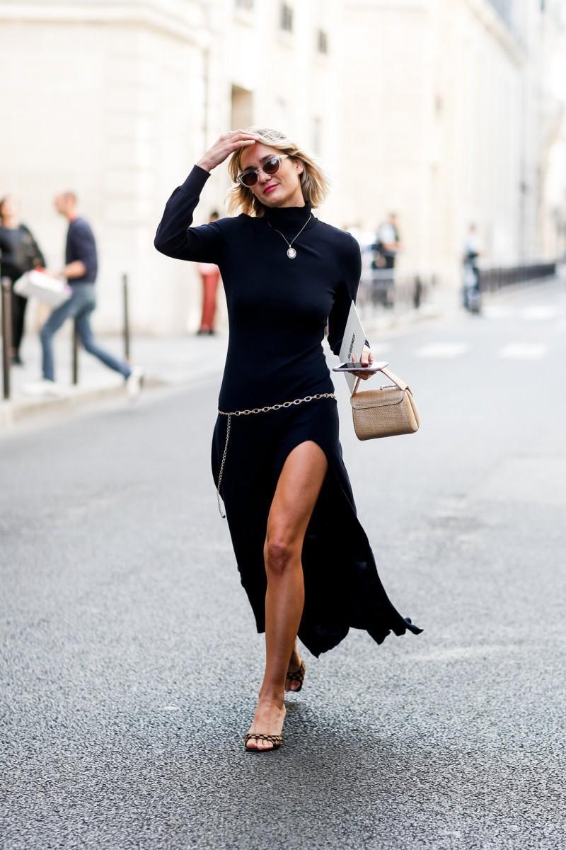Μακρύ μαύρο φόρεμα + λεπτή χρυσή ζώνη