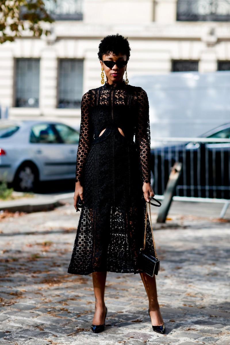 Μαύρο δαντελένιο φόρεμα + μακριά σκουλαρίκια