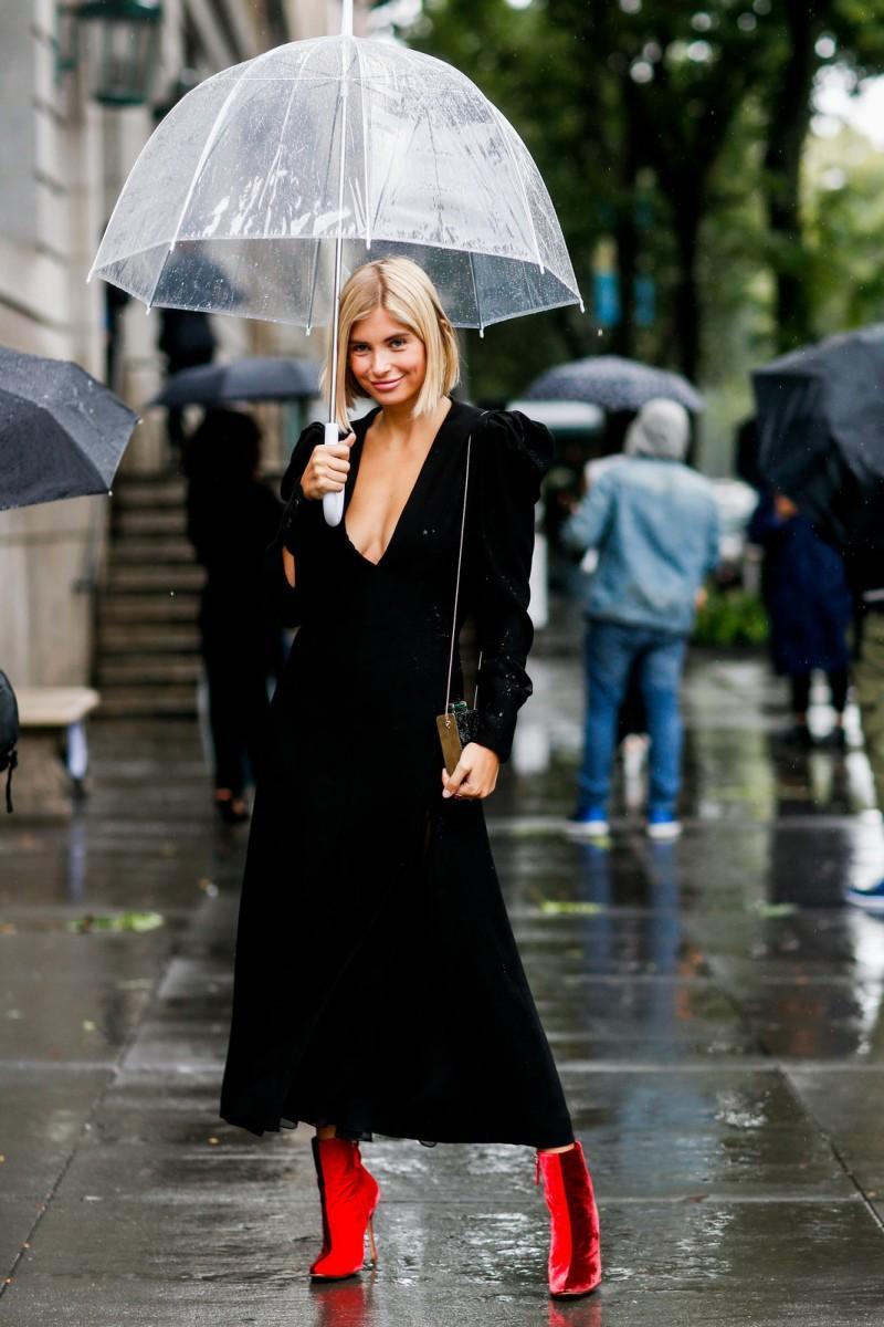 Μαύρο βελούδινο φόρεμα + κόκκινα μποτάκια