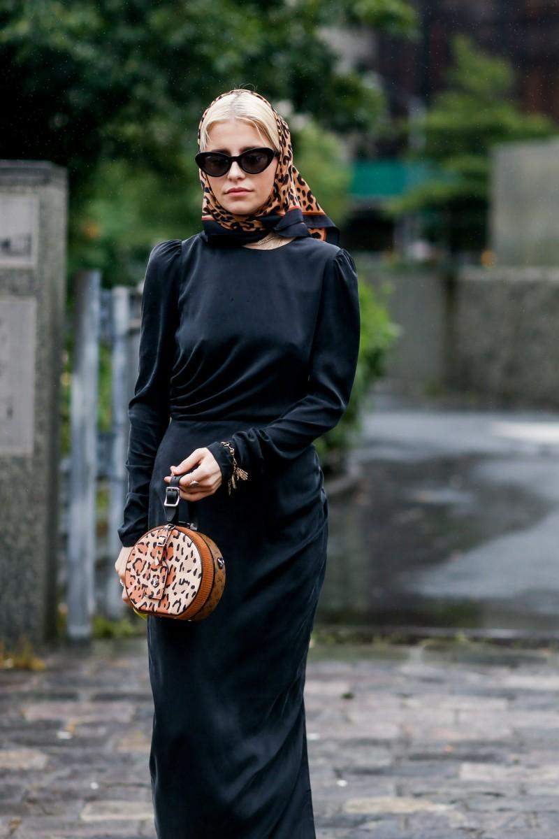 Μακρύ μαύρο φόρεμα + λεοπάρ τσάντα