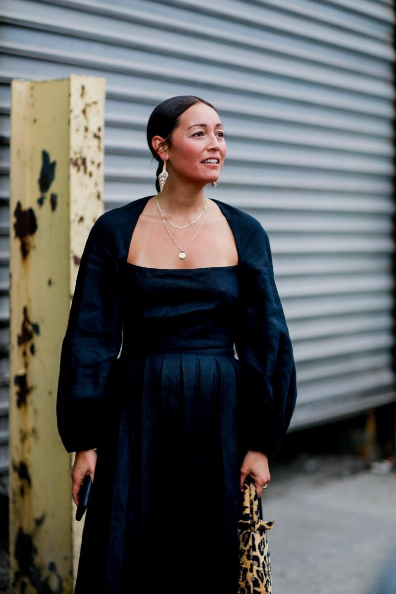 Μακρύ μαύρο φόρεμα με ανοιχτή λαιμόκοψη + statement σκουλαρίκια