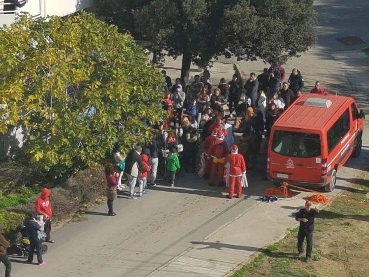 Ο Άγιος Βασίλης έφτασε με γερανό στο ΠΑΓΝΗ και μοίρασε δώρα στα παιδιά που νοσηλεύονται στην Παιδοαιματολογική Κλινική