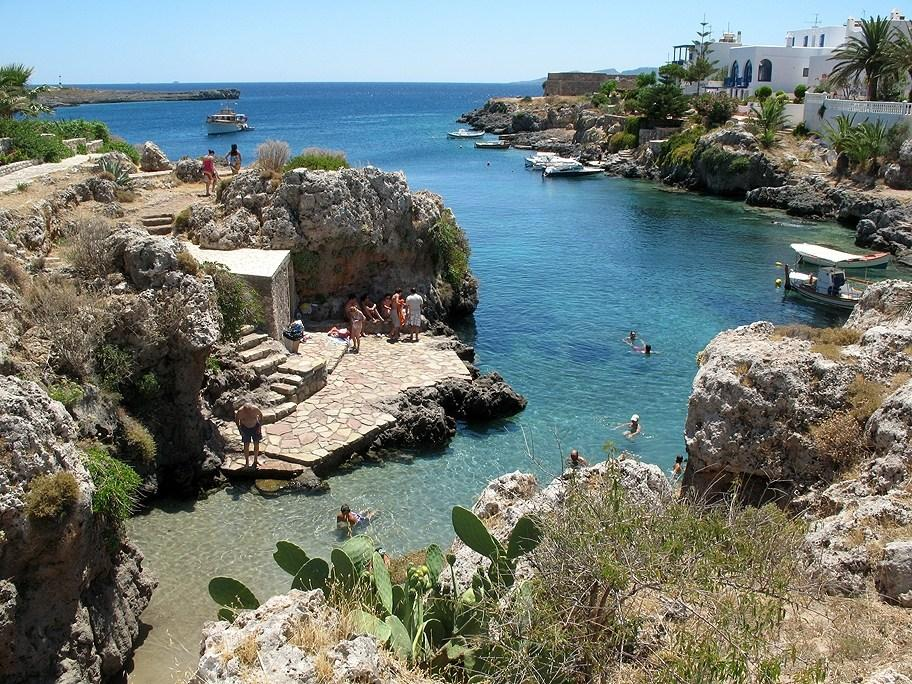 Τα Αντικύθηρα καλούν πολύτεκνες οικογένειες να εγκατασταθούν στο μικρό νησί του Αιγαίου και επιδοτούν με 500 ευρώ, στέγη και τρόφιμα σε μια προσπάθεια να ξαναζωντανέψουν.