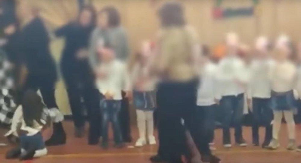 Μητέρες πλακώθηκαν στο ξύλο στη χριστουγεννιάτικη γιορτή του σχολείου!