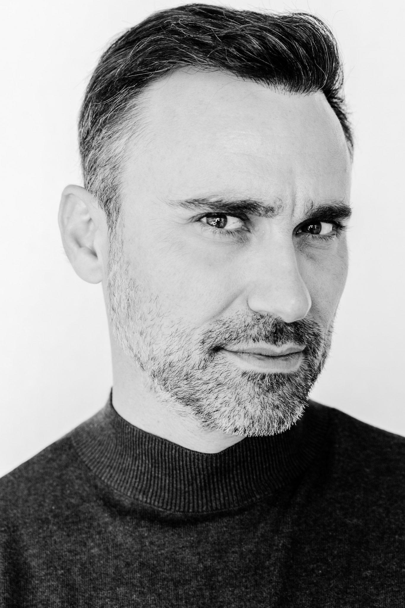 Γιώργος Καπουτζίδης: «Δεν είναι ντροπή να είσαι γκέι. Ντροπή είναι να είσαι κουτσομπόλης και αχαΐρευτος»