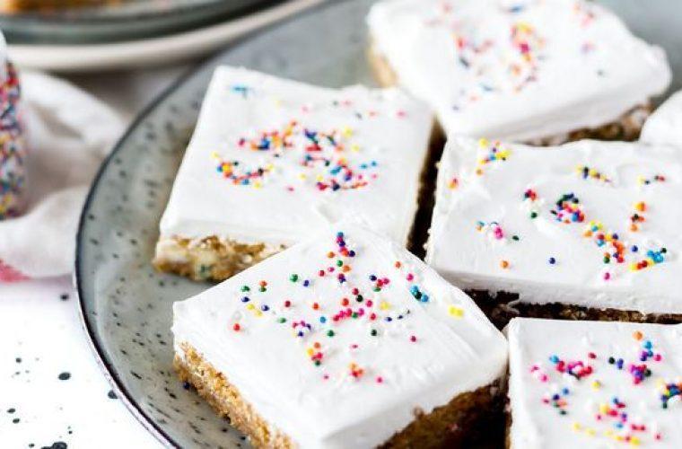 Πανεύκολο άσπρο γλάσο της Αργυρώς για βασιλόπιτα ή κέικ σε 2′: Χωρίς αυγό, χωρίς κόπο