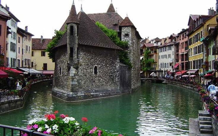 Αυτή είναι η κουκλίστικη πόλη βγαλμένη από παραμύθι στην Γαλλία