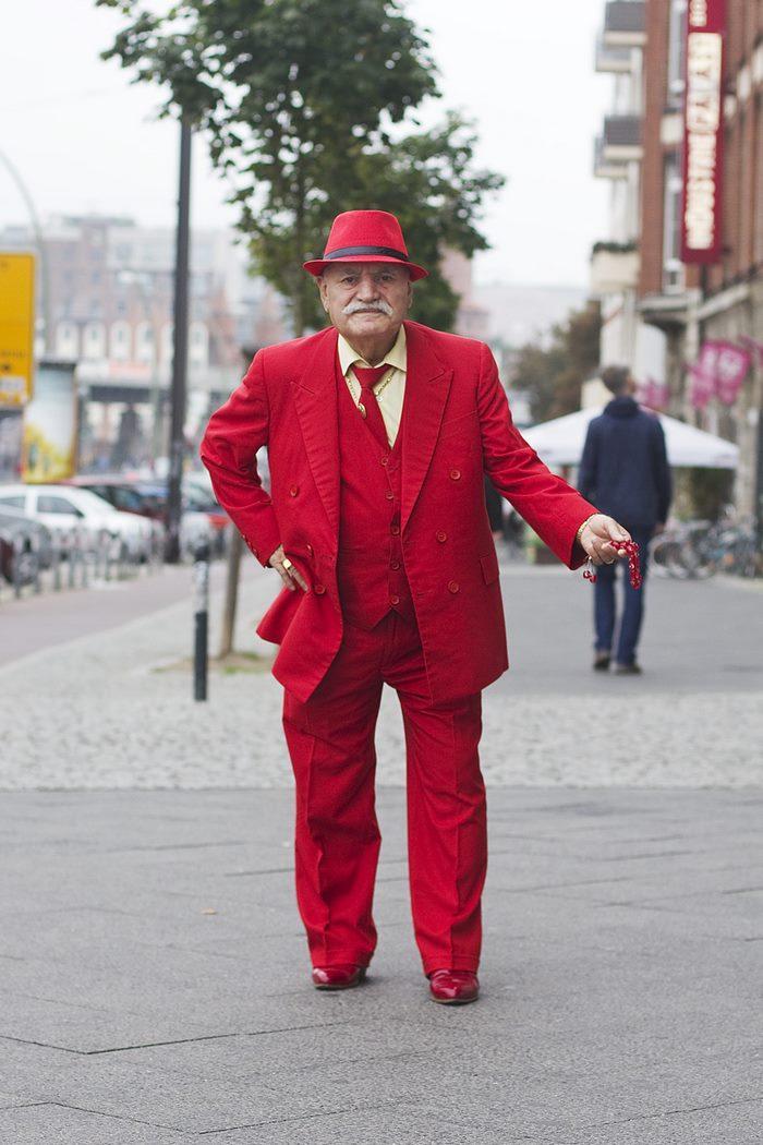 Φωτογράφος απαθανατίζει καθημερινά για 3 χρόνια το αξεπέραστο στυλ ενός 86χρονου ράφτη
