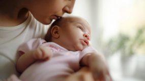 Πώς δεν θα κολλήσει το μωρό όταν η μαμά έχει ίωση