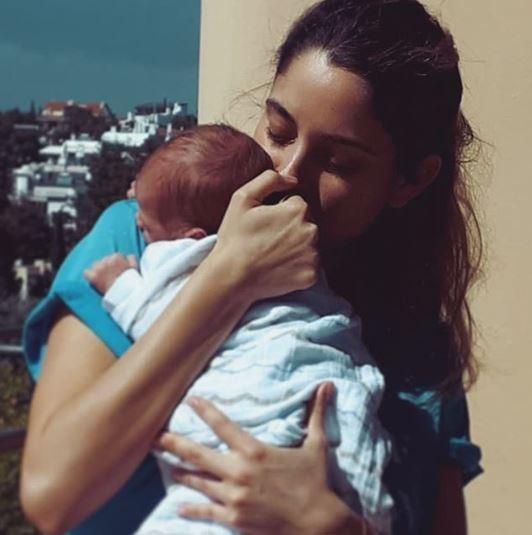 """Δούκισσα Νομικού: H πρώτη φωτογραφία του μικρού Σάββα στην αγκαλιά της που μας έκανε να """"λιώσουμε""""!"""