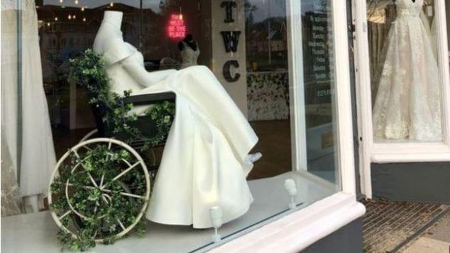 Νύφη σε αναπηρικό αμαξίδιο: Η πρόταση του οίκου νυφικών στη Βρετανία σπάει τα ταμπού!