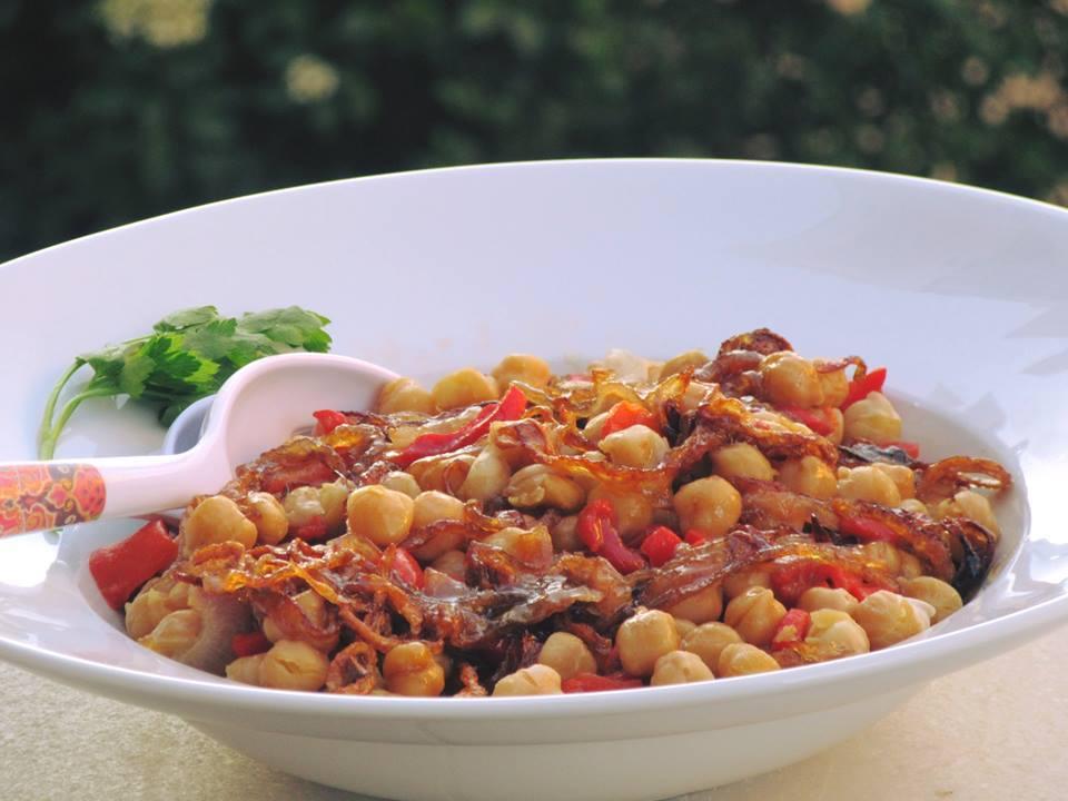 Ρεβύθια με πιπεριές φλωρίνης και καραμελωμένα κρεμμύδια