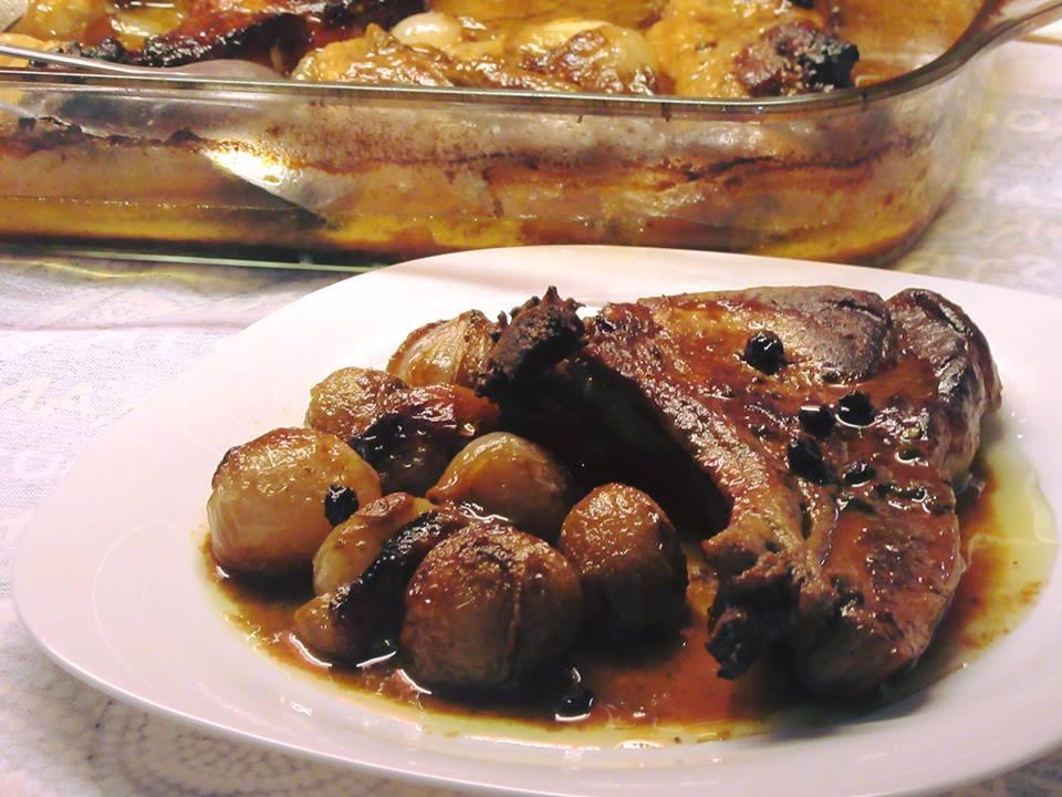 Πεντανόστιμες χοιρινές μπριζόλες με σάλτσα μελιού, μουστάρδας& κρασάτα κρεμμυδάκια!
