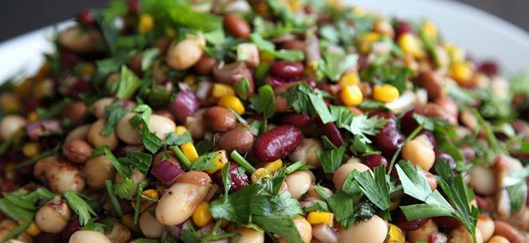 Νόστιμη και χορταστική σαλάτα με τρία είδη φασολιών και μαϊντανό